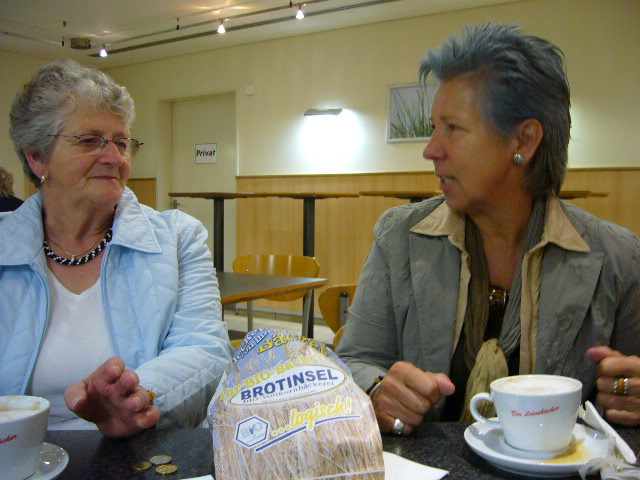 Anita und Ingrid trinken noch den letzten Kaffee, anschließend geht es weiter nach Hannover