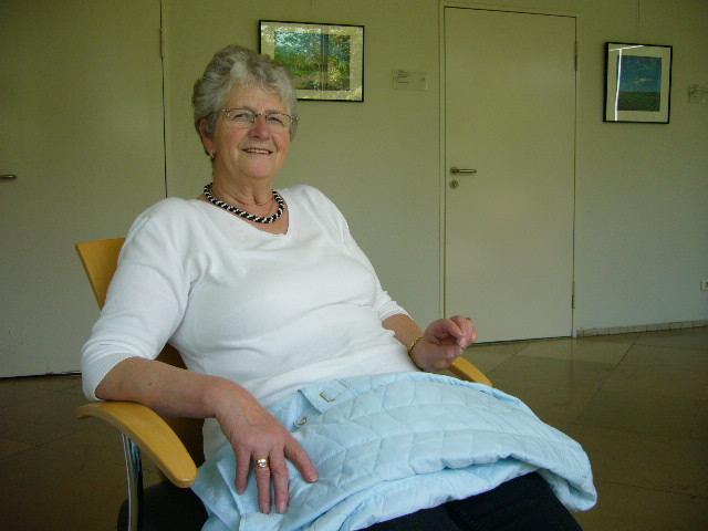 Anita sitzt ganz entspannt in der Wartehalle des NDR 1 Radio Niedersachsen